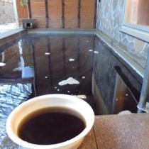 当館の温泉は「黒湯」でございます。