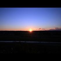 部屋から那珂川を挟んだ向こう側にキレイな夕日が見えます