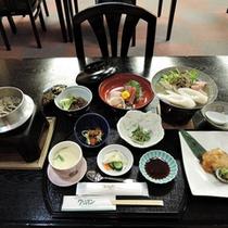 *【夕食全体例】のんびりとした雰囲気の中、四季折々の旬の味をお楽しみください。