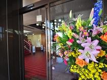 【ホテル入口】色鮮やかなお花でお出迎え