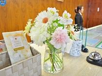 【フロント】お花を添えて♪パンフレットもご用意しております