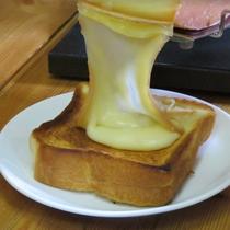 *熱々のとろ~り溶かしたチーズをパンにのせた「ラクレットトースト」