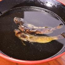 *お夕食一例/「かじか酒」。清流でしか育つ高級魚を素焼きにし、熱燗を注いだもの。絶品です。
