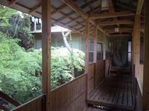 緑爽やかな浴場に続く渡り廊下