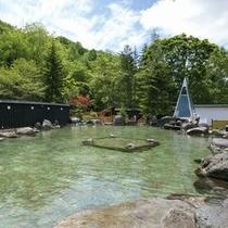 【大露天風呂HOSHI★ZORA】夏は見渡す限りの緑に囲まれる絶景の露天風呂。