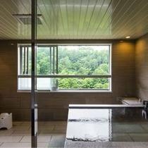 【エグゼクティブルーム・展望風呂】北湯沢の自然を見渡し、源泉かけ流しの湯をひとり占めに。