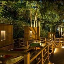 【森の散歩湯WOOD SPA】ひんやりとした夜の空気が心地いい露天風呂。