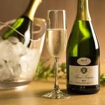 お祝いの席にスパークリングワインはいかがでしょうか。(通常は別途有料)