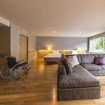 【ユニバーサルプレミアム】広さ76㎡のバリアフリー客室。低層3階で緑を間近に感じられます。