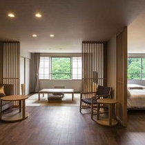 【プレミアムルーム】ゆったりとしたソファと壁一面の大きな窓。76㎡の間取りを贅沢に使った和洋室です。