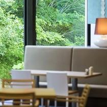 【ブッフェ会場】温もり溢れるウッドテーブルと落ち着いた配色のインテリアを揃えました。