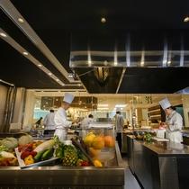 【ブッフェ会場】毎日磨き上げる清潔なキッチンで、丁寧に食材の下準備を行います。
