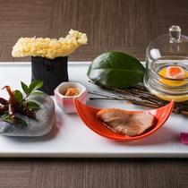 【会席・冬】石川県産フグやハタハタ、香箱蟹、北海道産サーモンなど、目にも楽しい前菜。