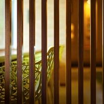 【のぐち文庫】大きな窓に面したカウンター席。ゆっくりと読書をお楽しみ下さい。