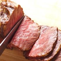【夕食ブッフェ】脂のさしが絶妙な「サホロ高原牛」のローストビーフは当館の人気メニュー。