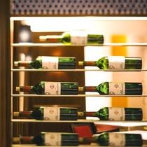 【北海道フレンチ&イタリアンZEN】レストランに入るとボトルワインのインテリアがお出迎え。