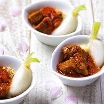 【夕食ブッフェ・3~5月】仔羊と蕪のトマト煮込みは奥行きのある濃厚な味わいに。