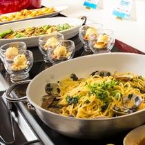 【夕食ブッフェ一例】パスタや中華麺、ご飯ものなど主食メニューも和洋中、多彩にございます。
