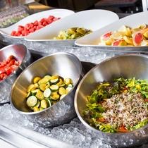 【朝食ブッフェ一例】自社農園や近郊の穫れたて野菜をたっぷりとお楽しみください。