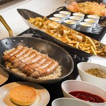 【朝食ブッフェ一例】ソーセージやパンケーキなど洋食のしっかりメニューも充実!