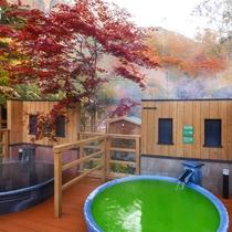 【森の散歩湯WOOD SPA】紅葉と香り湯のコントラストが美しい秋の風景。