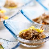 【夕食ブッフェ一例】個々に盛り合わせたお料理は、沢山の種類をお楽しみ頂けるようプチサイズに。