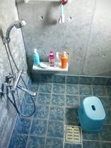 シャワー室 3段切りかえのシャワー 湯船は有りません。シャンプー、リンス有り