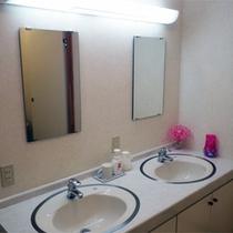 *共有スペース/お部屋に洗面トイレはございませんのでこちらをご利用ください。