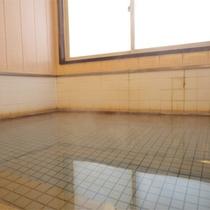 *大浴場一例/ほのかな硫黄の香りを感じながら、少し熱めのお湯に身をゆだねて。