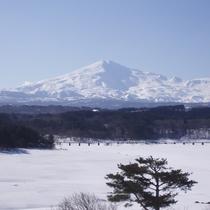 *鳥海山の雪化粧はこの時期しか見られない美しさです。