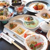 *【夕食一例】その時期の旬を詰め込んだ色とりどりのお料理をお楽しみ下さい。