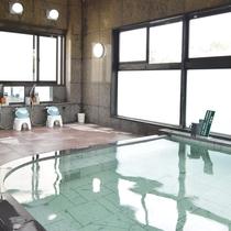 *【3階展望風呂】窓からの光が降り注ぎ、ゆったりとお過ごしいただけます。