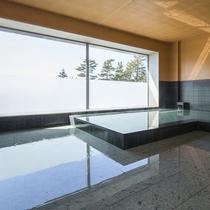 *【1階大浴場】広々とした空間と、青空や日本海を眺めてお寛ぎいただけます。