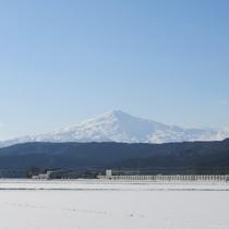 *冬の澄んだ空気に映える鳥海山