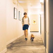 【アプローチ】客室前通路も愛犬と一緒に歩けます。