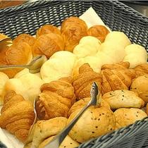 パンも数種類ご用意しております