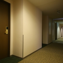 落ち着いた館内(廊下)