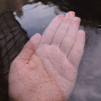*細かい気泡がシュワシュワと肌にまとわりつくスパークリング温泉
