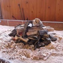 *【囲炉裏】七福村の仙人こと炭焼き職人の「まぁちゃん」が手作業で焼き上げた自家製の炭を使っています