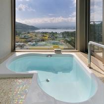 ハート型のビューバスはブラインド付き。湯船から見える富士山も格別です。※ラビスタダブルを除く※