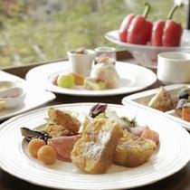 【朝食】60種類以上の中からお選び頂けるバイキング形式。