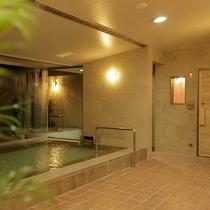 【男性大浴場】大浴場内には男女ともに2箇所、種類の異なるサウナ室を完備。