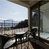 自慢のビューバスから望む富士と河口湖の絶景は必見!
