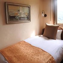 ツインの客室に小部屋を設けたトリプルタイプ。1名専用小部屋があるため寝息など気にせずお休みできます。