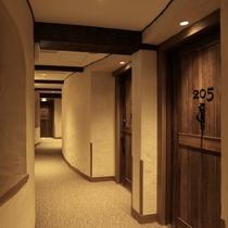 「月のしずく」棟の客室廊下。