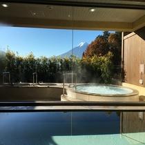 富士山を望む大浴場で癒しのひと時を。※女性大浴場