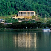 河口湖を眼下に、富士を真正面に望む絶景の高台に、南仏プロヴァンスの風薫る「ラビスタ」の宿が誕生!