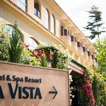 初夏に咲き始める薔薇がホテルを美しく彩ります。