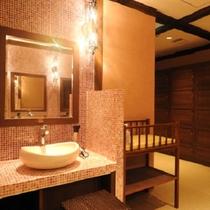 【女性大浴場・脱衣所】こだわりの照明が配置された脱衣所。キラキラと反射するタイルも印象的。