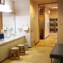 *脱衣所/お部屋にもユニットバスがございますが、是非広々と大浴場をご利用ください。